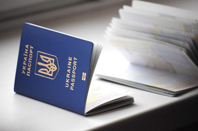 ВУкраїні активізувалися шахраї, які продають місця вчерзі за біометричним паспортом