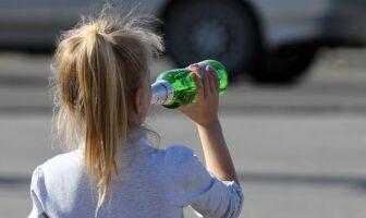 дівчинка п'є пиво