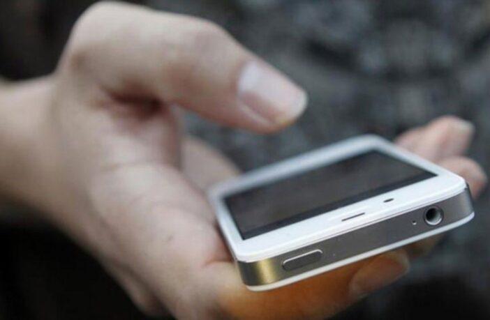 смартфон у руці