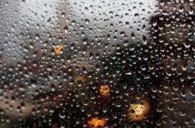 краплі дощу на склі