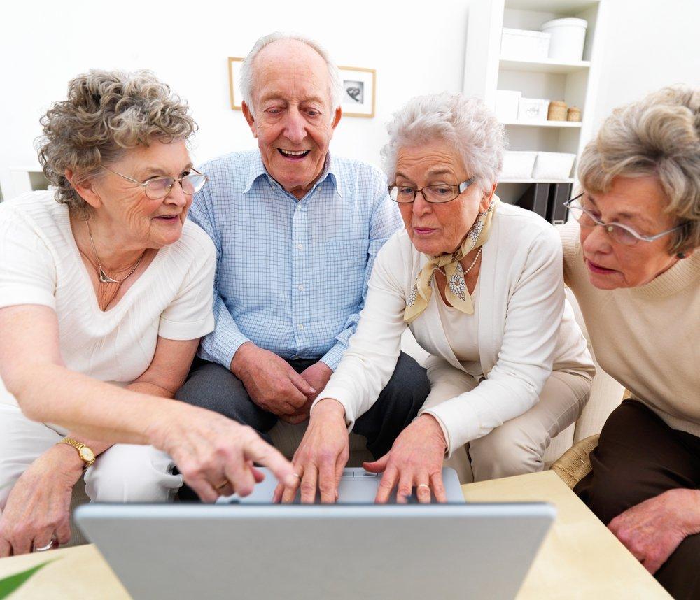 Пенсіонери за ноутбуком