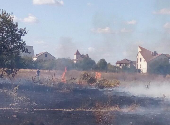 Горить трава в смт Калита на вул. Турчиновськог
