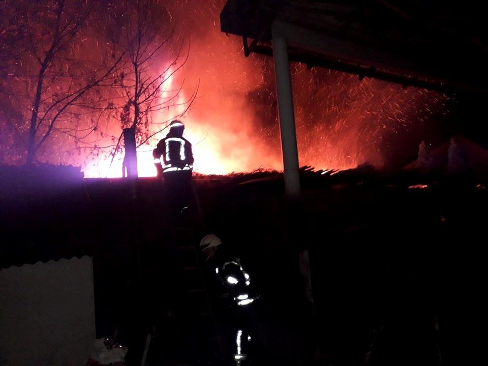 Горить дах, палає, пожежники, рятувальники, ДСНС