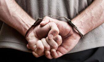 Затриманий чоловік у наручниках