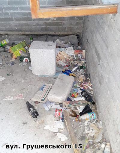 сміття в під'їзді