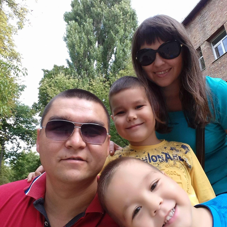 Абдуалі Анарбаєв з родиною