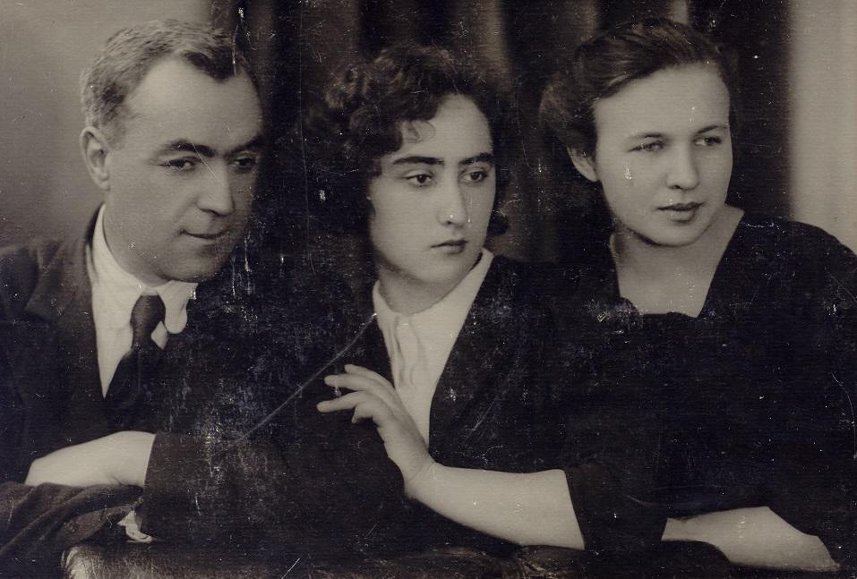 Кирило Осьмак із доньками