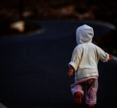 У Броварах 4-річна дитина вийшла з дому та загубилась. ФОТО