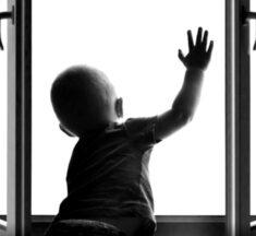 У Броварах дворічна дитина випала з 5-го поверху і залишилася живою