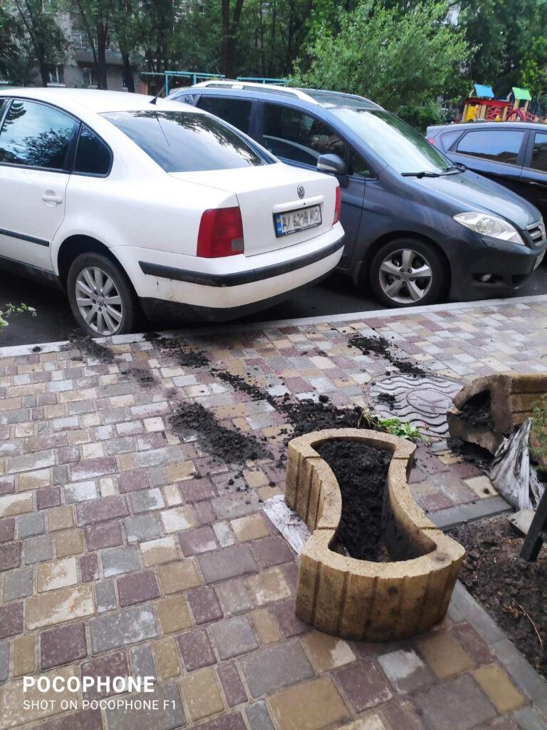 Нищення вазонів та порушення паркування, Незалежності, 10-Б, фото - мешканці будинку