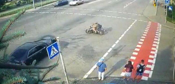 ДТП: мотоцикліст зіткнувся з двома автівками в Броварах. ВІДЕО