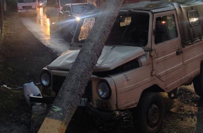 ЛуАЗ зніс стовп у Зазим'ї, фото - поліція